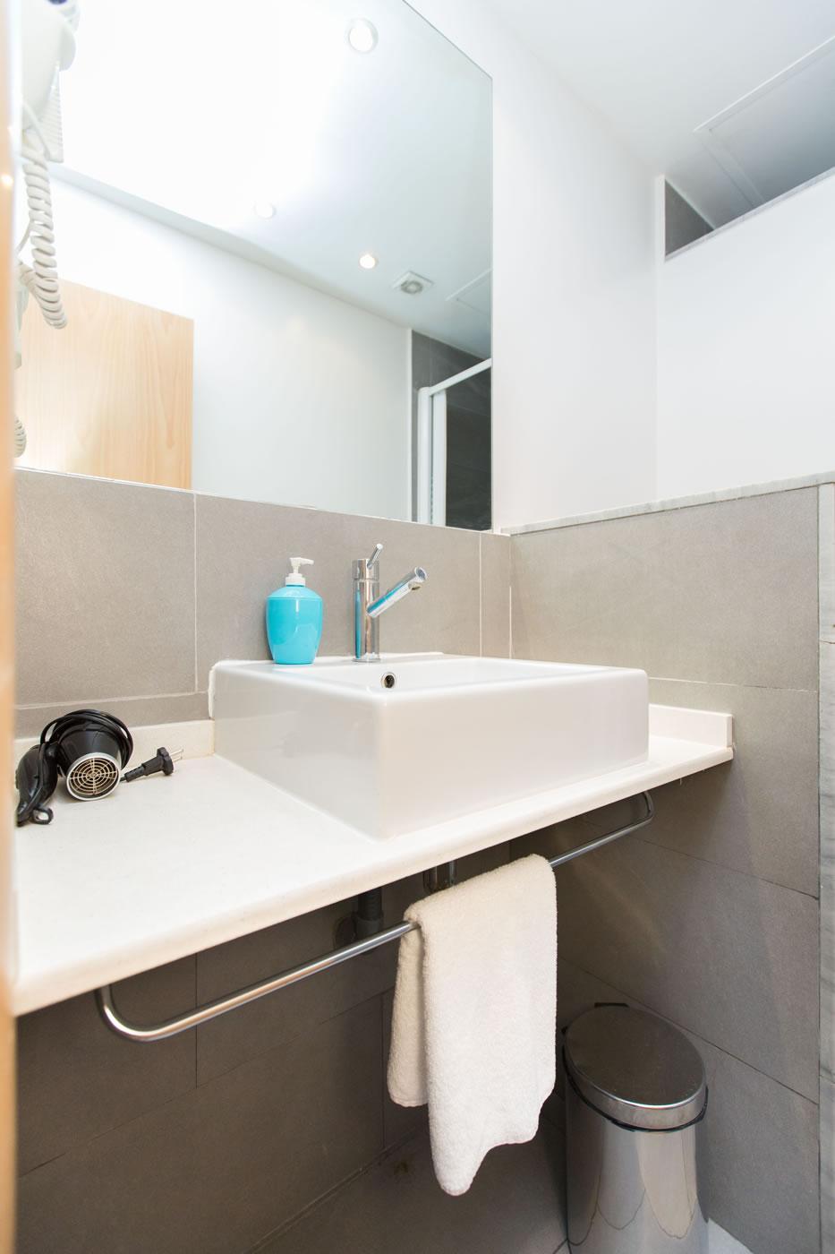 cuarto de baño apartamento mensual ample